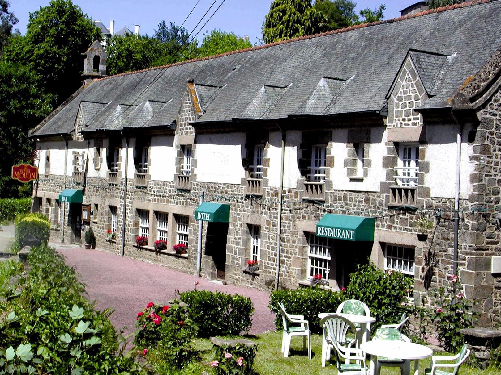 https://medias.logishotels.com/property-images/814/facade/retro/grand/hostellerie-du-vieux-moulin-facade-hede-bazouges-953089.jpg